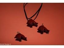 kolok.ro-Pandantiv din jasp roșu în formă de delfin-KD15933-20